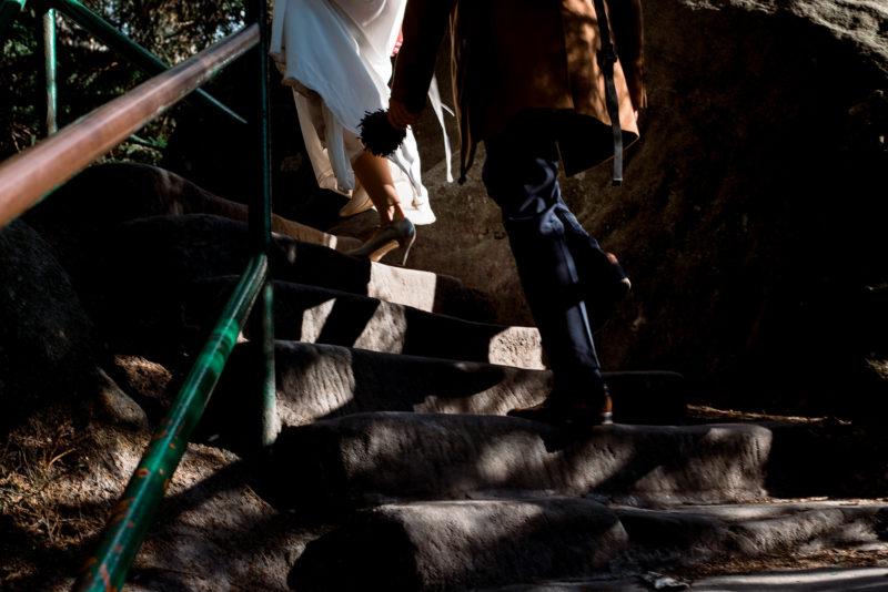 sesja slubna na szczelincu - spacer między skałami